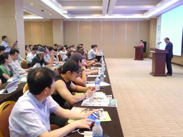 크기_4-윤형운 대표를 바라보는 참석자들.JPG